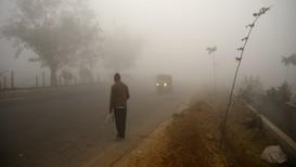 VARMERE KLODE: Tykk smog på nyttårsaften i utkanten av New Delhi. CO2-utslippene fra fabrikker og kullkraftverk i den indiske hovedstaden bidrar også til global oppvarming.