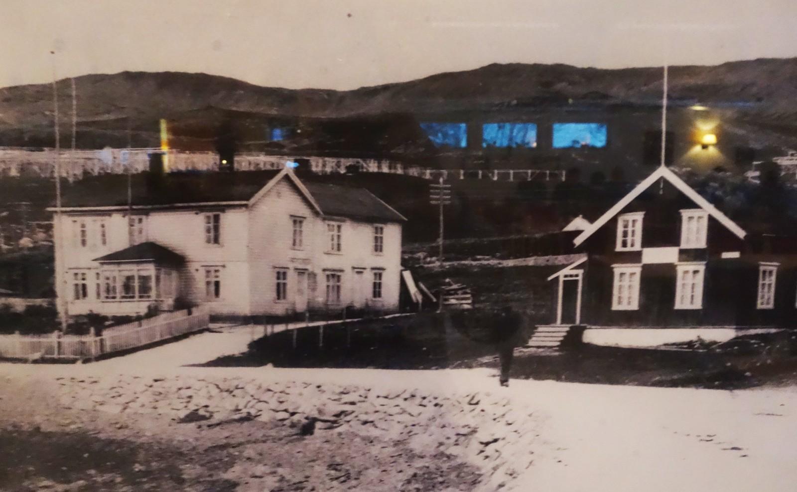 Fritjof og Anna bodde i det hvite huset til venstre, det med glassveranda. Huset til høyre tilhørte også familien. Nå er begge revet. Jeg har knipset bildet fra et fotografi som henger på Pensjonisthuset i Båtsfjord.
