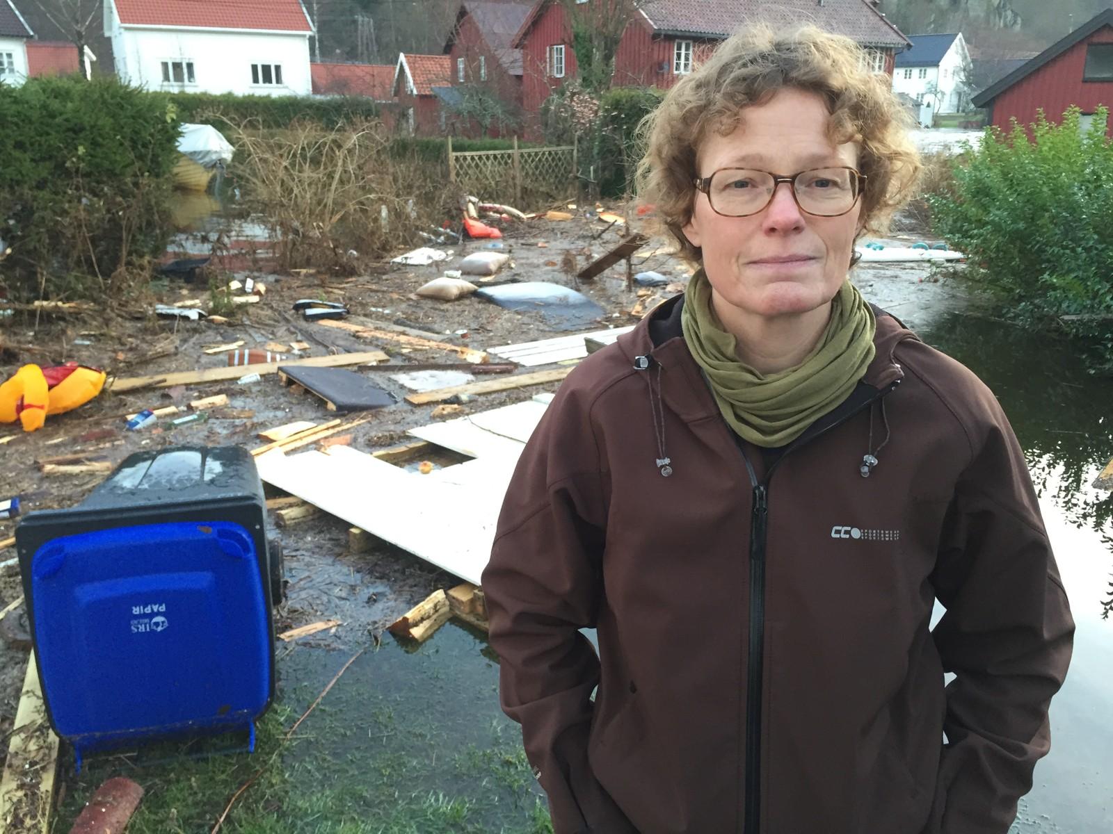 Elin Holmebakk i Kvinesdal forteller om store mengde skrot og materialer som har samlet seg foran huset der mora hennes bor. - Det ligger brygger, benker, puter, tønner, vinduer og mye mer her. Det blir noen kontainerlass når vi skal rydde opp, sier Holmebakk.