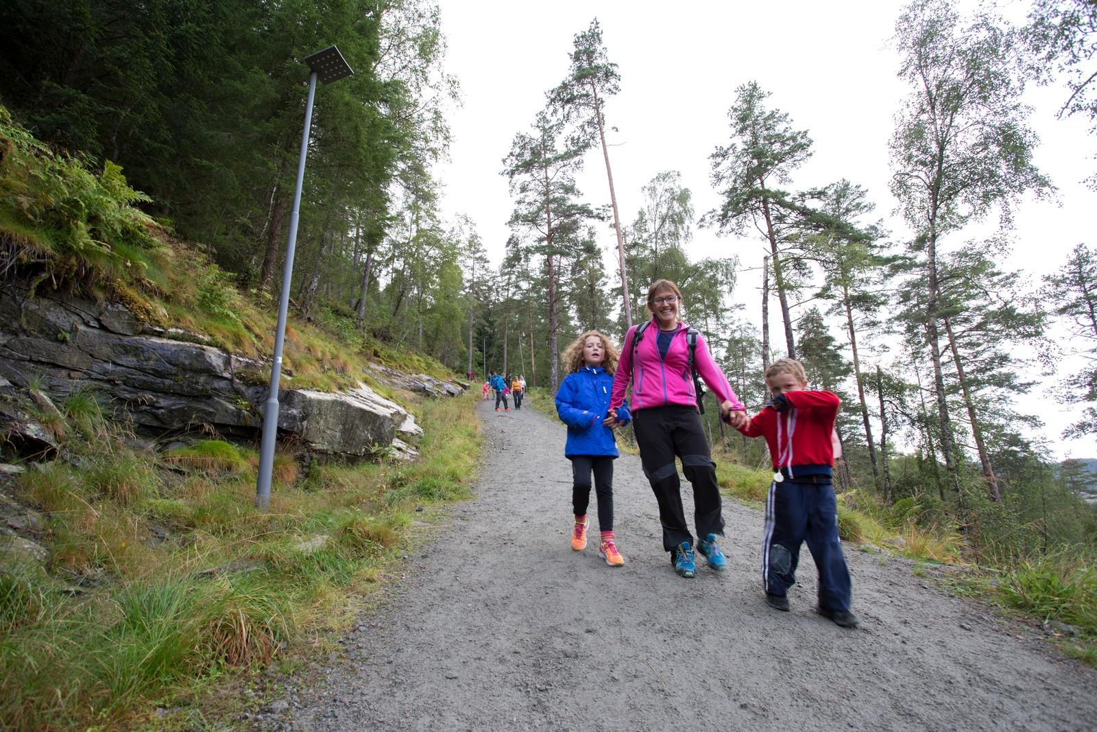 Ingeborg (9) og Nikolai (5) dreg mamma Ingunn Rørvik utolmodig ned brattene.