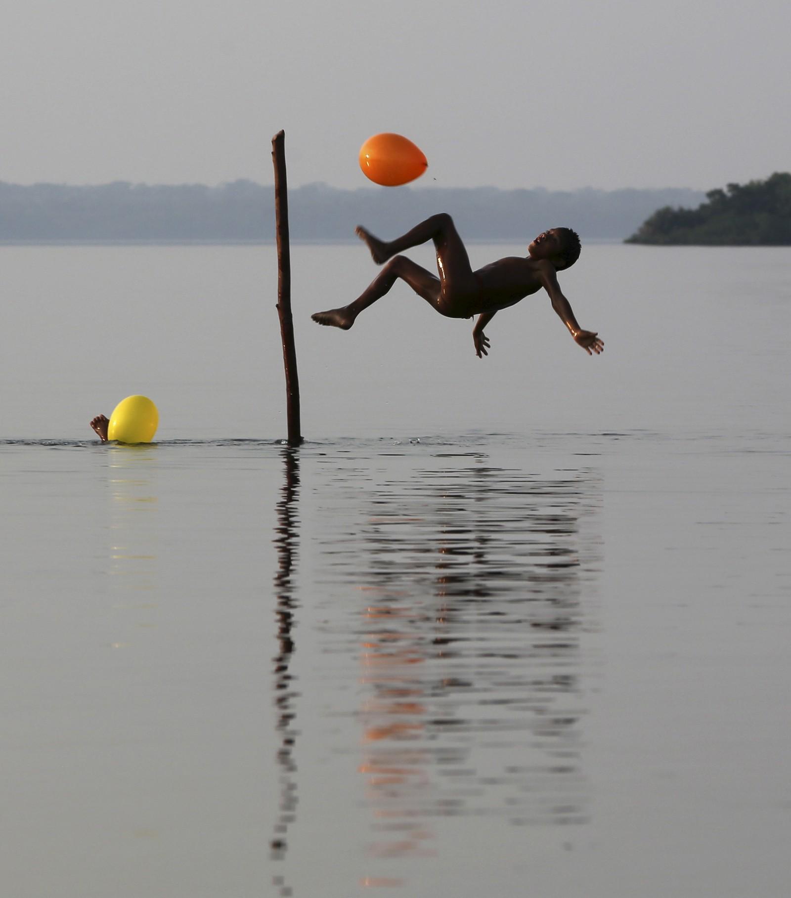 Et barn fra Kamayura-stammen leker i nasjonalparken Xingu i Mato Grosso, Brasil. Stammen består av rundt 300 medlemmer, og er en av 16 etniske grupper i området. Søndag går TV-aksjonen av stabelen til inntekt for regnskogen i blant annet Brasil.