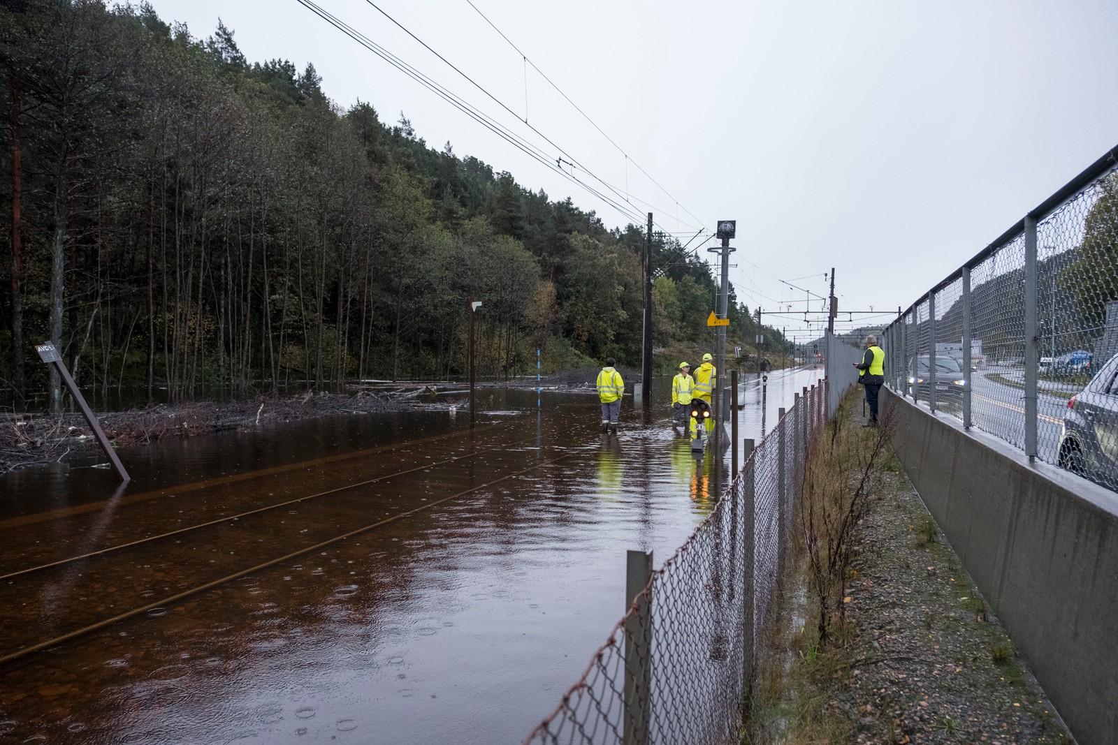 KRISTIANSAND: Regn og uvær på Sørlandet. Vannmassene går over Sørlandsbanen som er stengt nord for sentrum i Kristiansand her på Dalane.