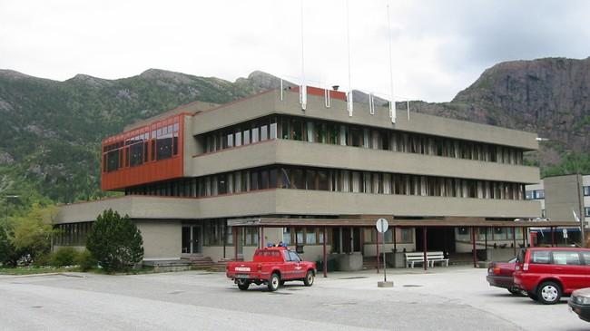 Kommunehuset i Svelgen. Foto: Arild Nybø, NRK.