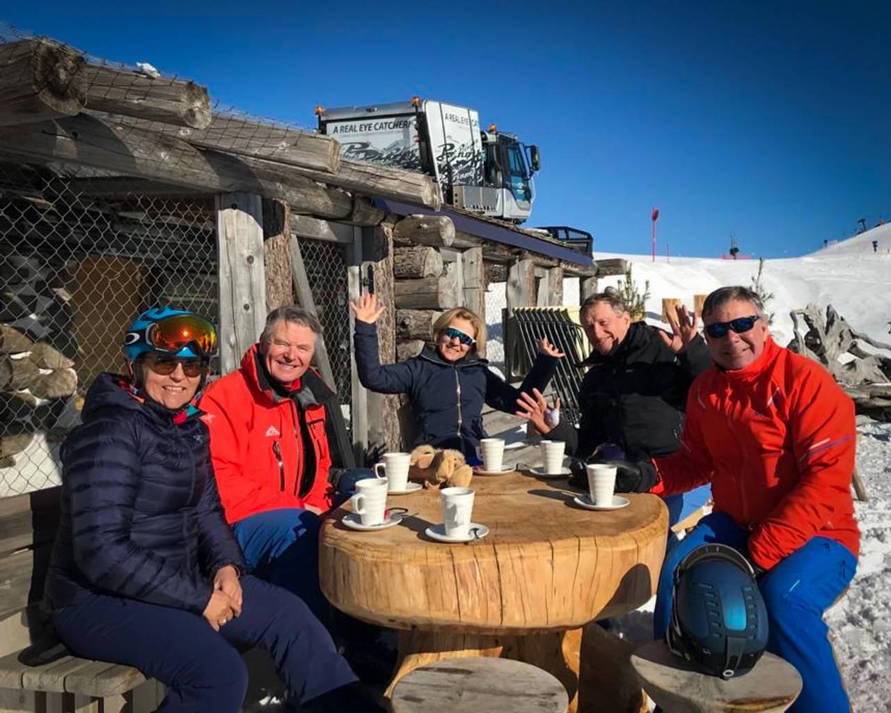 Per Christian Nicolaisen og vennene sitter rundt et bord ute i Nord-Italia