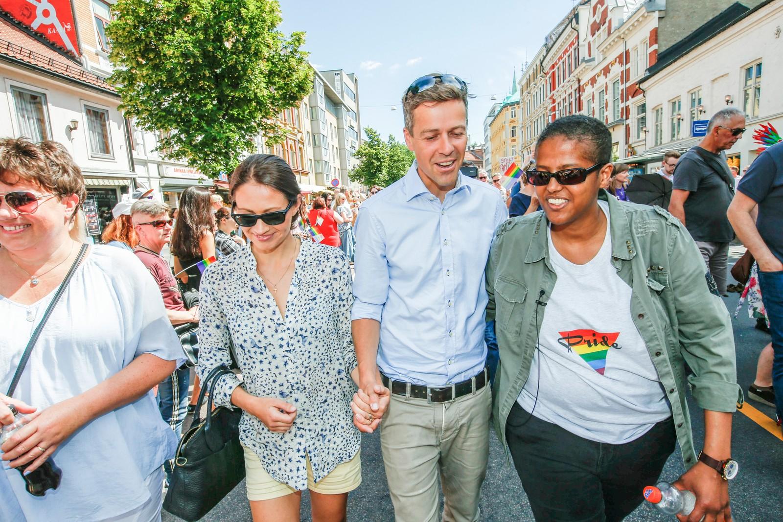 KrF-leder Knut Arild Hareide sammen med kona Lisa (t.v.) og Amal Aden (t.h) deltar under lørdagens Pride-parade gjennom Grønland i Oslo.