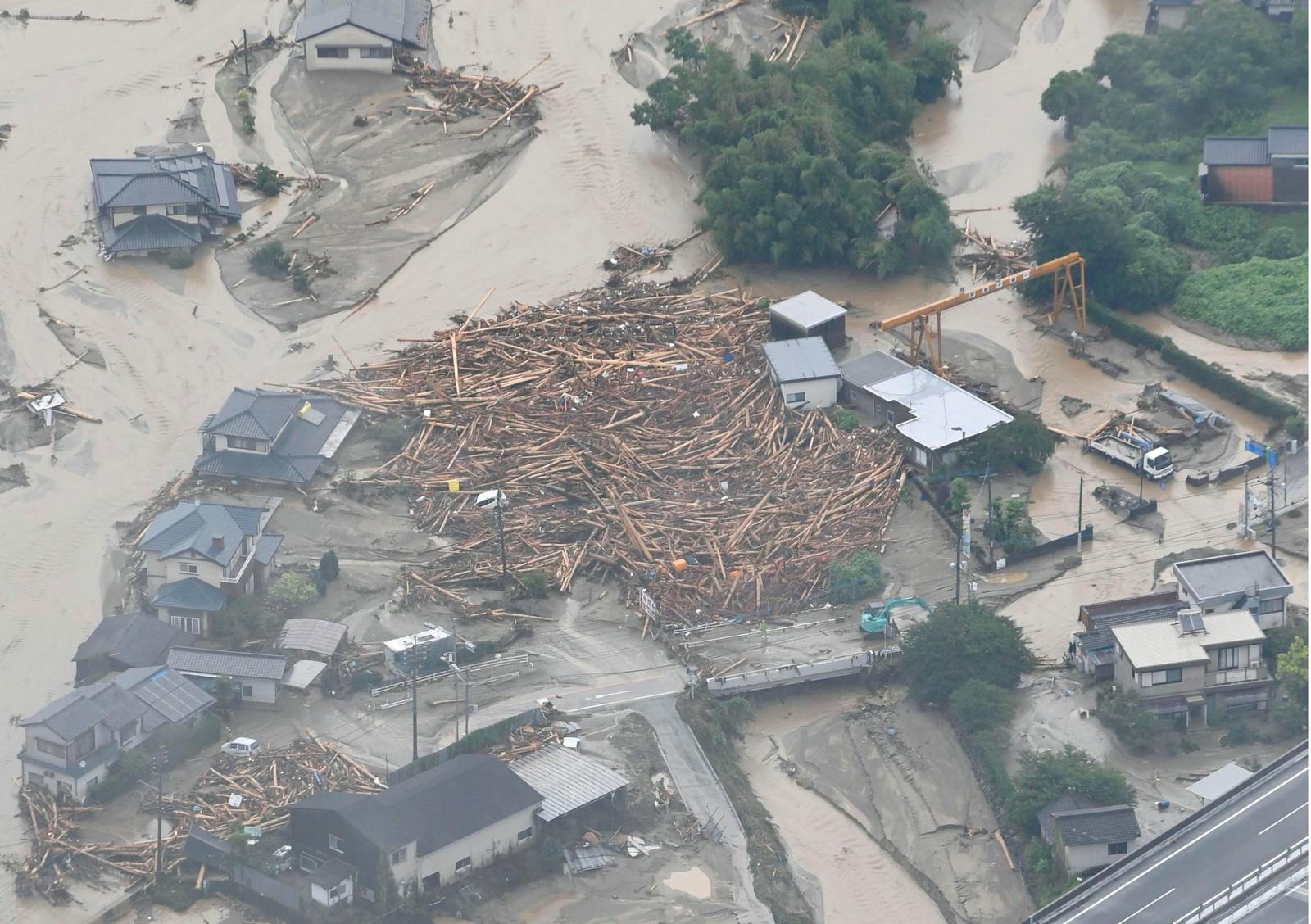 Ødelagte hus etter at en elv flommet over i Asakura i Japan 6. juli.