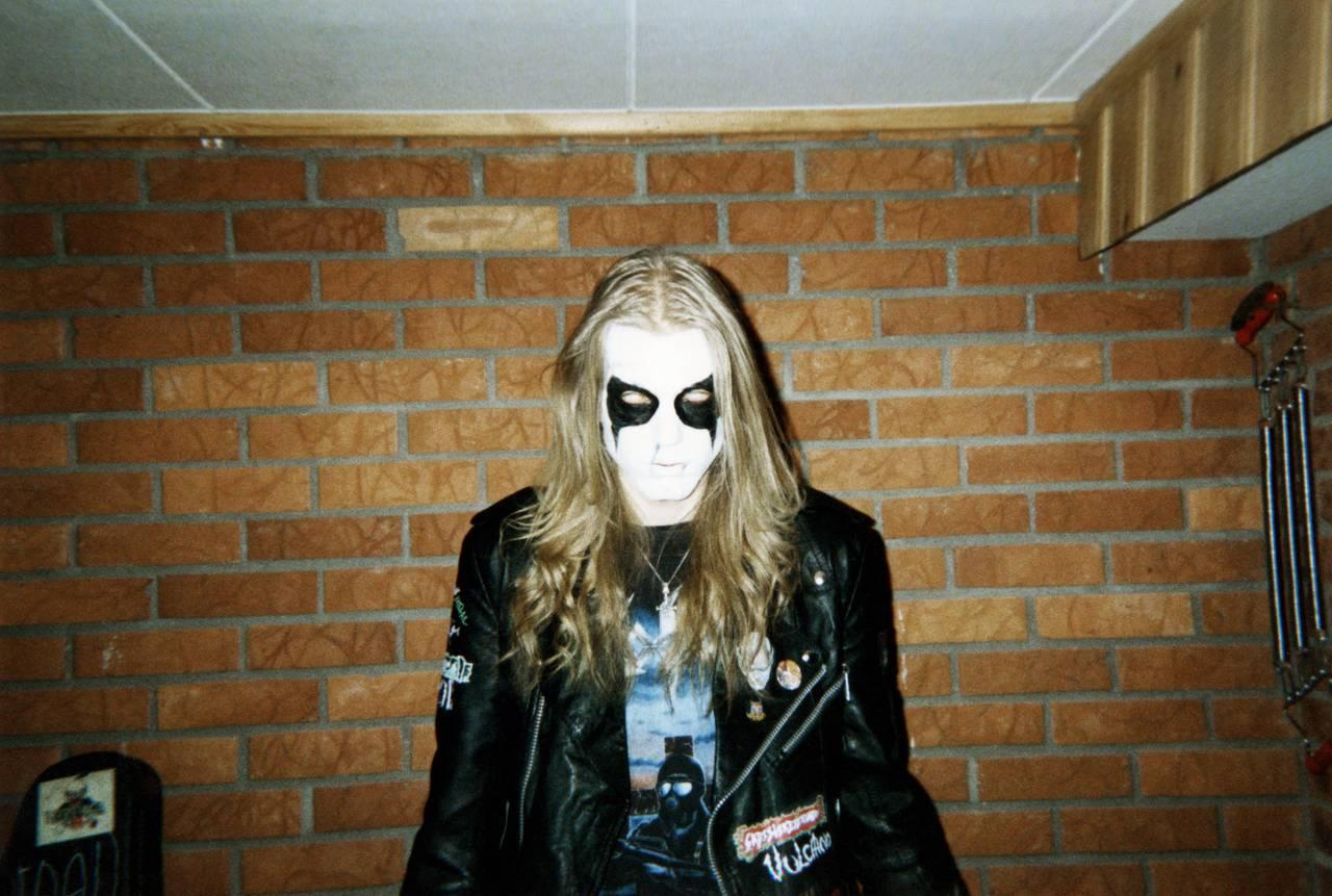 Pelle Ohlin poserer backstage før en konsert. Pelle med liksminke ser i kameraet og ruller øynene bak i hodet, slik at kun det hvite synes.