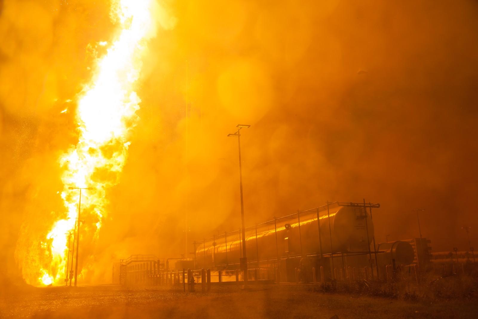Ildkuler og flammekolonner dekker hele oppskytningsområdet.