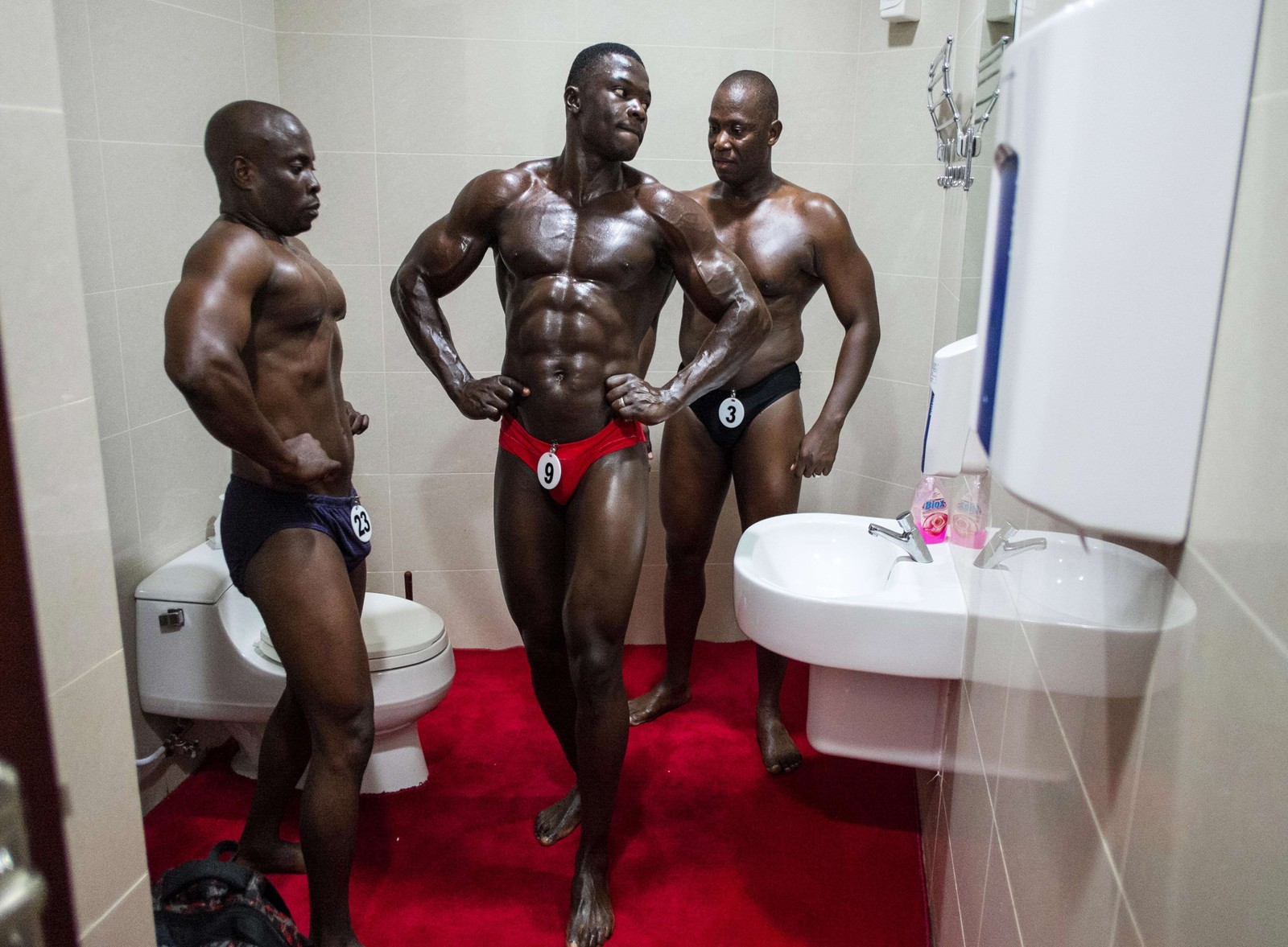 Deltagere speiler seg før de skal kjempe om tittelen Tanzanias mest muskuløse mann.