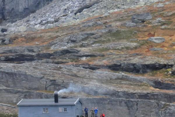 Reinaskorsbu sett fra Helikopter over Ringedalsvatnet. - Foto: Bergen Turlag