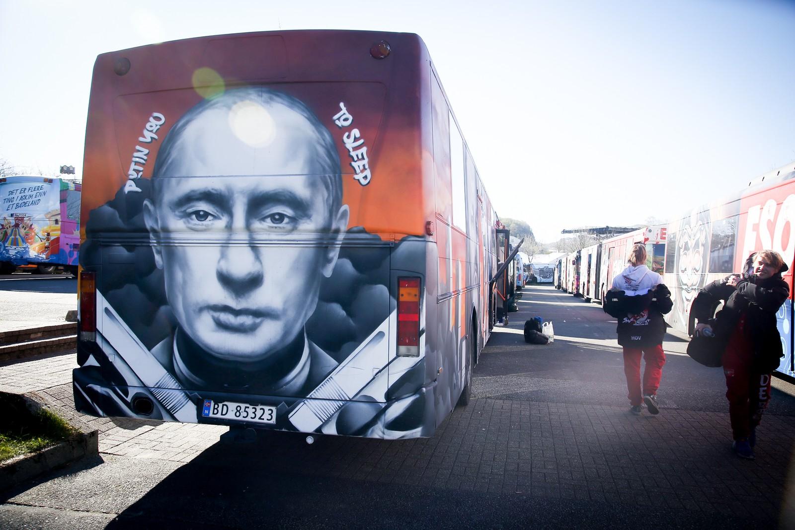 President Vladimir Putin har fått æra av å pryda baksida av ein av russebussane på Landstreffet 2017.