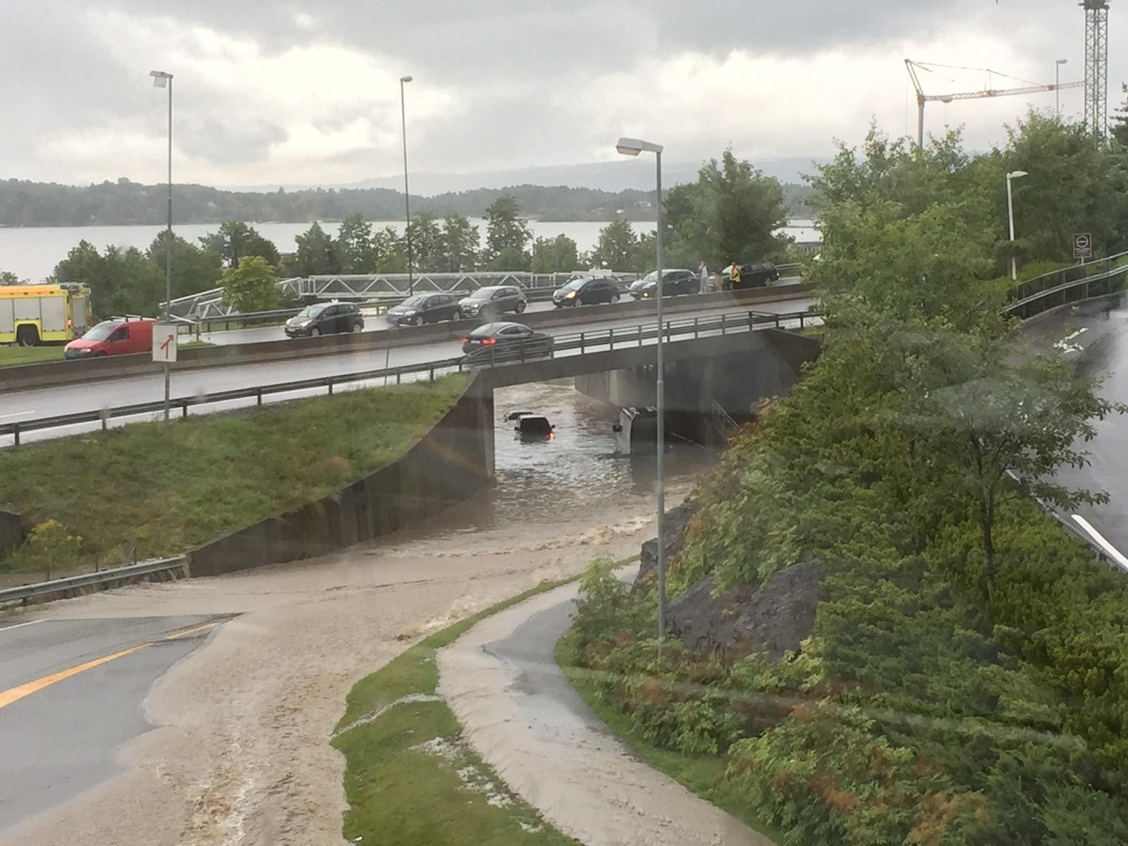 Biler står i vann på Slemmestadveien.