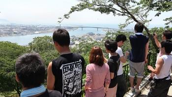 Folk ser på tsunami Ishinomaki, Miyagi etter et jordskjelv i Japan