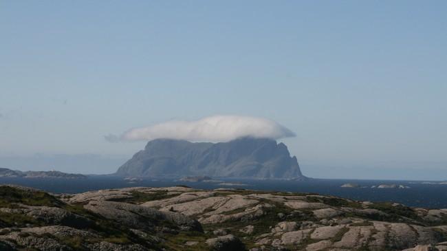 Folk på Alden fekk telefon i 1932. Slik tek den særmerkte øya seg ut frå Leknessund i Solund. Foto: Kjell Arvid Stølen, NRK.