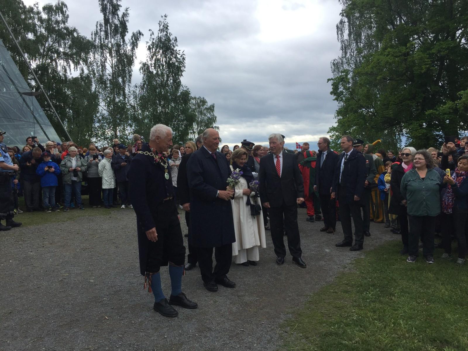 Kongeparet var også en tur innom Middelalderfestivalen i Hamar, som arrangeres denne helga.