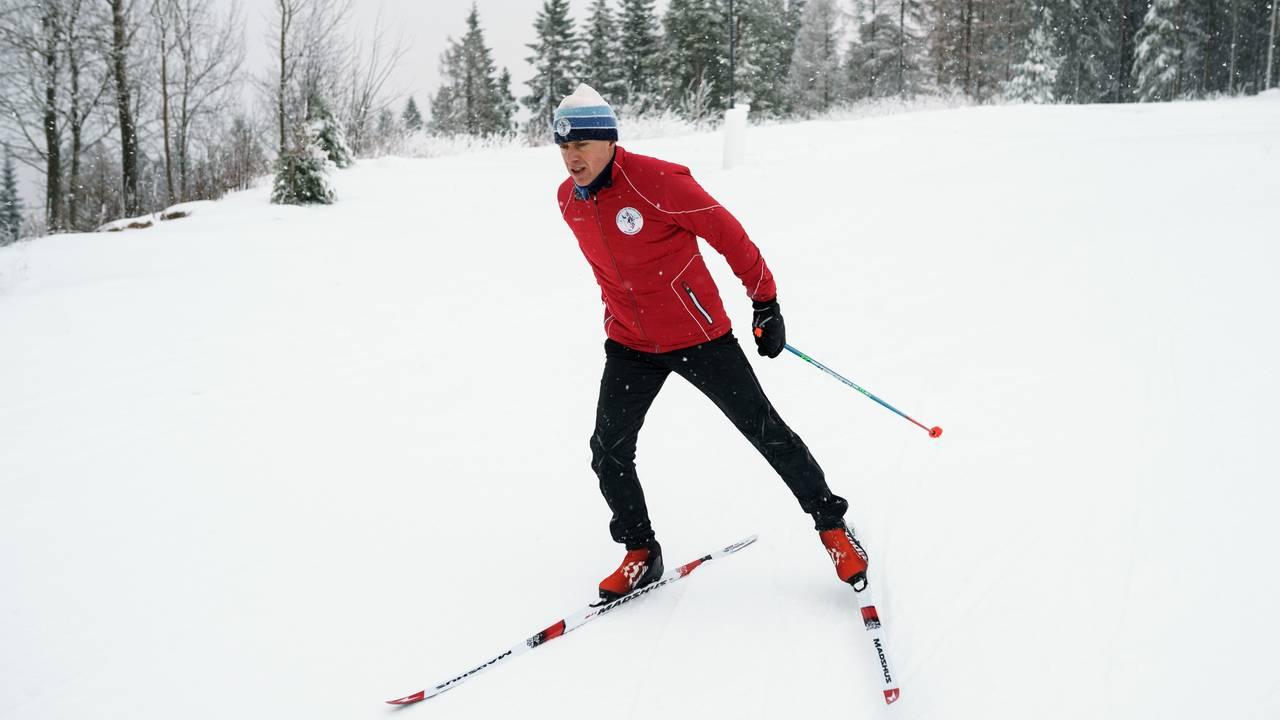 Erik Eide fra Skiforeningen demonstrerer dårlig teknikk når det kommer til skøyting på langrennski.