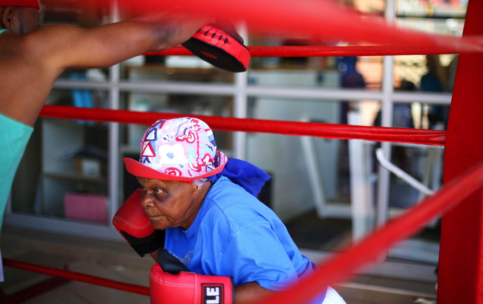 79 år gamle Constance Ngubane er en av flere eldre som trener boksing i Cosmo City i Sør-Afrika.