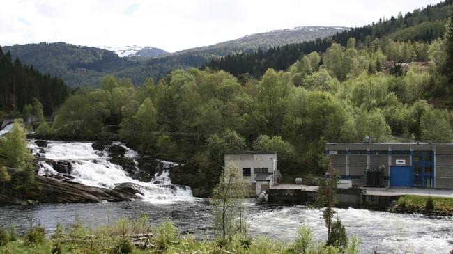 Hit til Brulandsfossen er Jølstra lakseførande. Men brå variasjonar i vassføringa under kraftverket har skapt problem for yngelen, og dette har ført til ein langvarig konflikt mellom Sunnfjord Energi og Førde Elveeigarlag. Foto: Kjell Arvid Stølen, NRK.