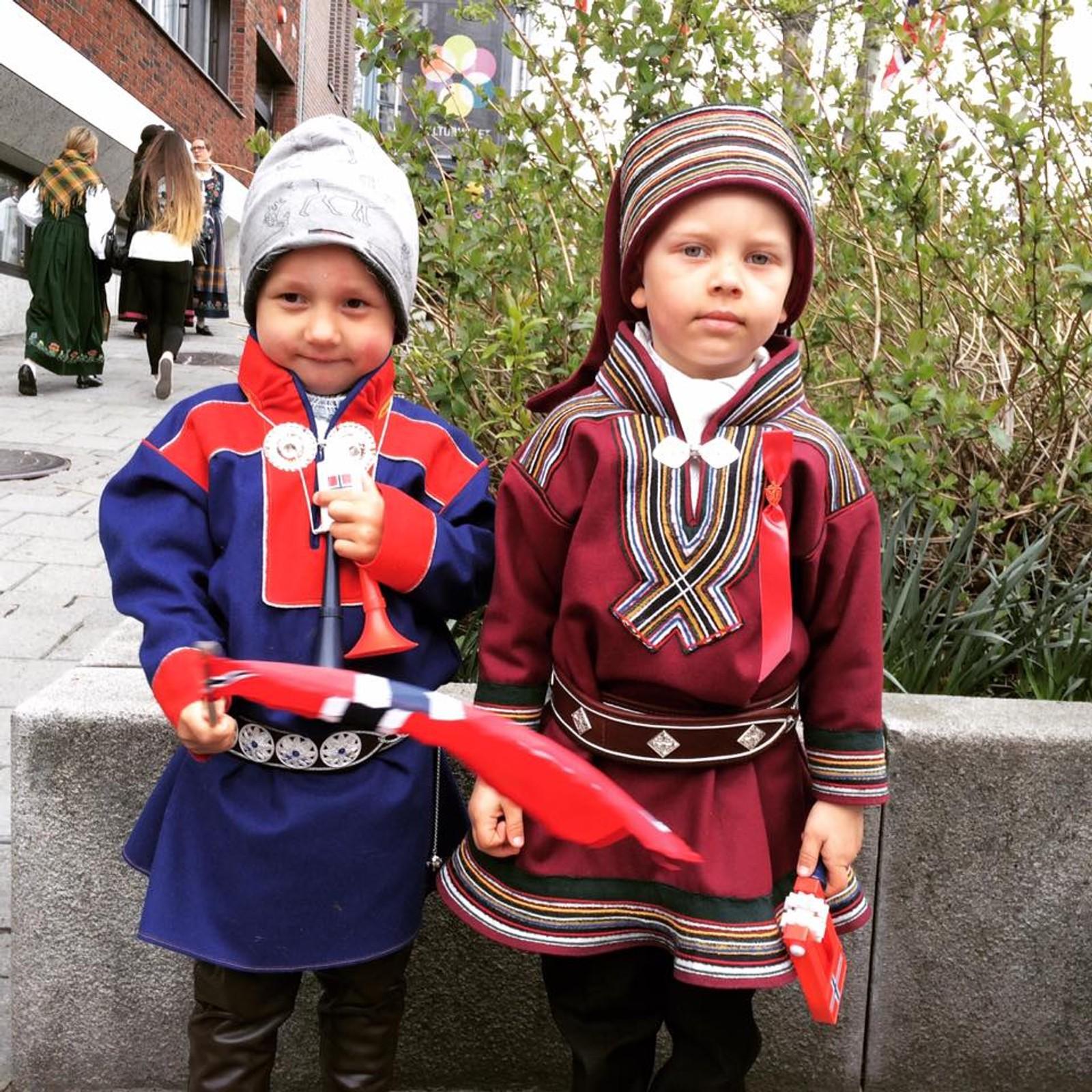 4-åringene Isak Andreas og Lemet Mikael spiste is og gikk i tog i Tromsø i formiddag.