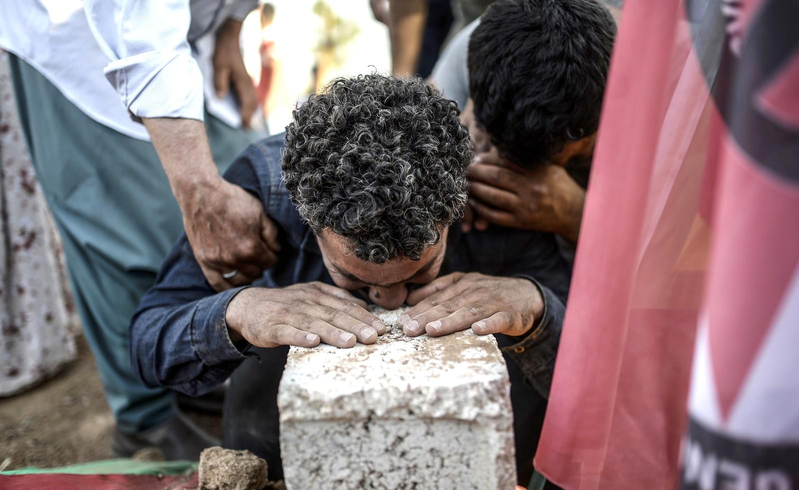 32 mennesker ble drept og over 100 såret i et selvmordsangrep mot et ungdomssenter i Suruc i Tyrkia 20. juli. Her er en sørgende mann i begravelsesseremonien dagen etter.