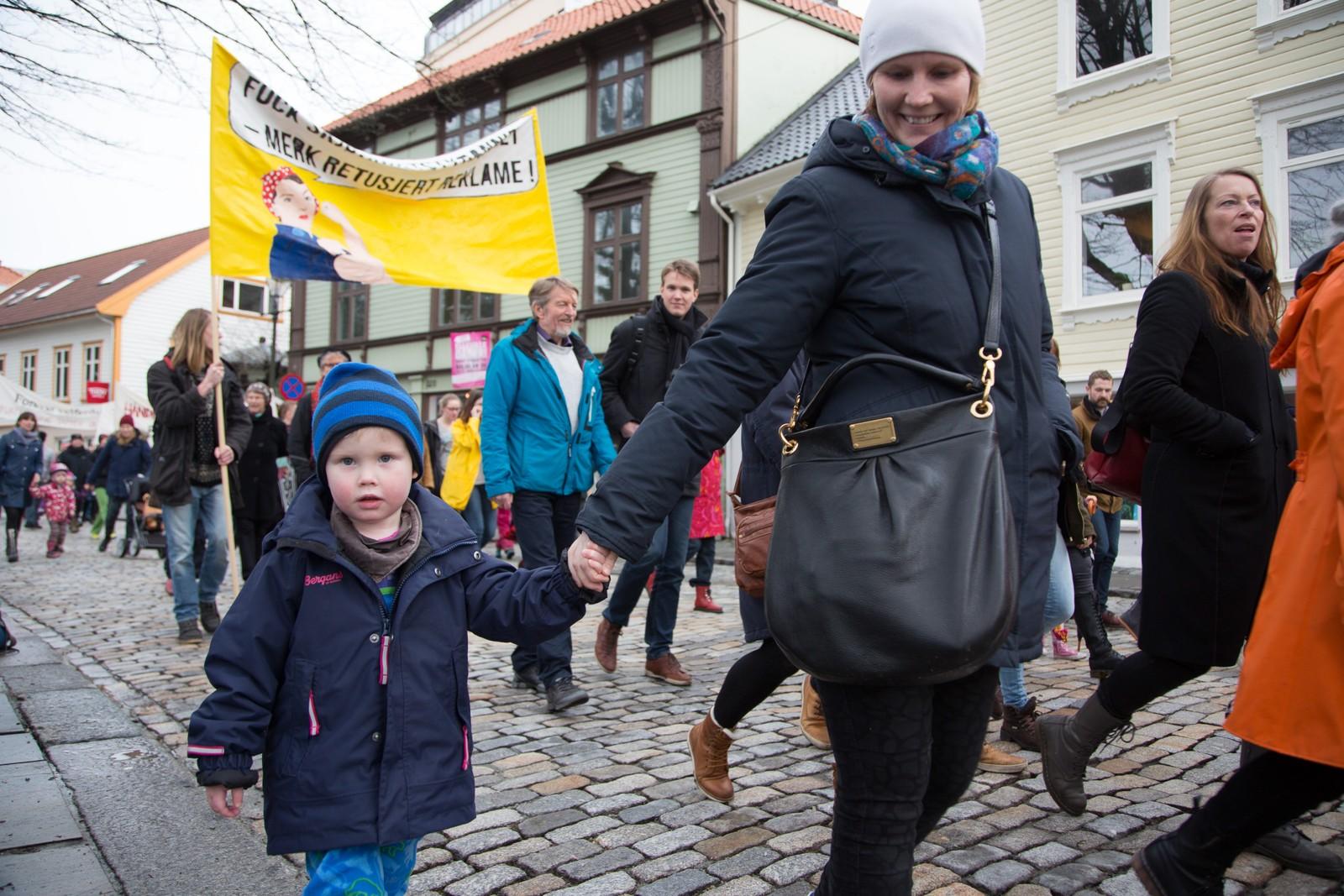 William gikk i tog sammen med mamma Åsne Bakke.