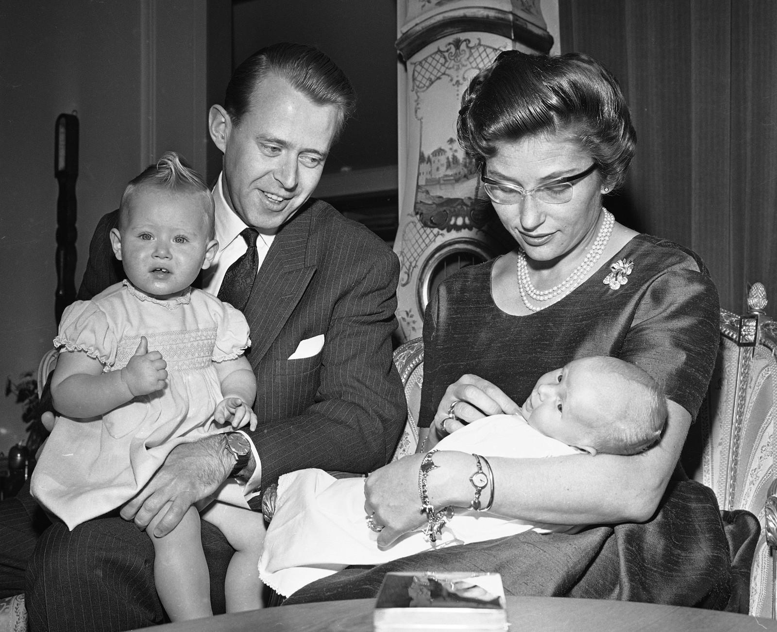 EIGEN FAMILIE: Ekteparet Ferner får fem barn. Prinsesse Astrid kombinerer førstedamejobb og familieliv fram til 1968. Då tek kronprinsesse Sonja tek over mange av oppgåvene hennar for kongehuset.