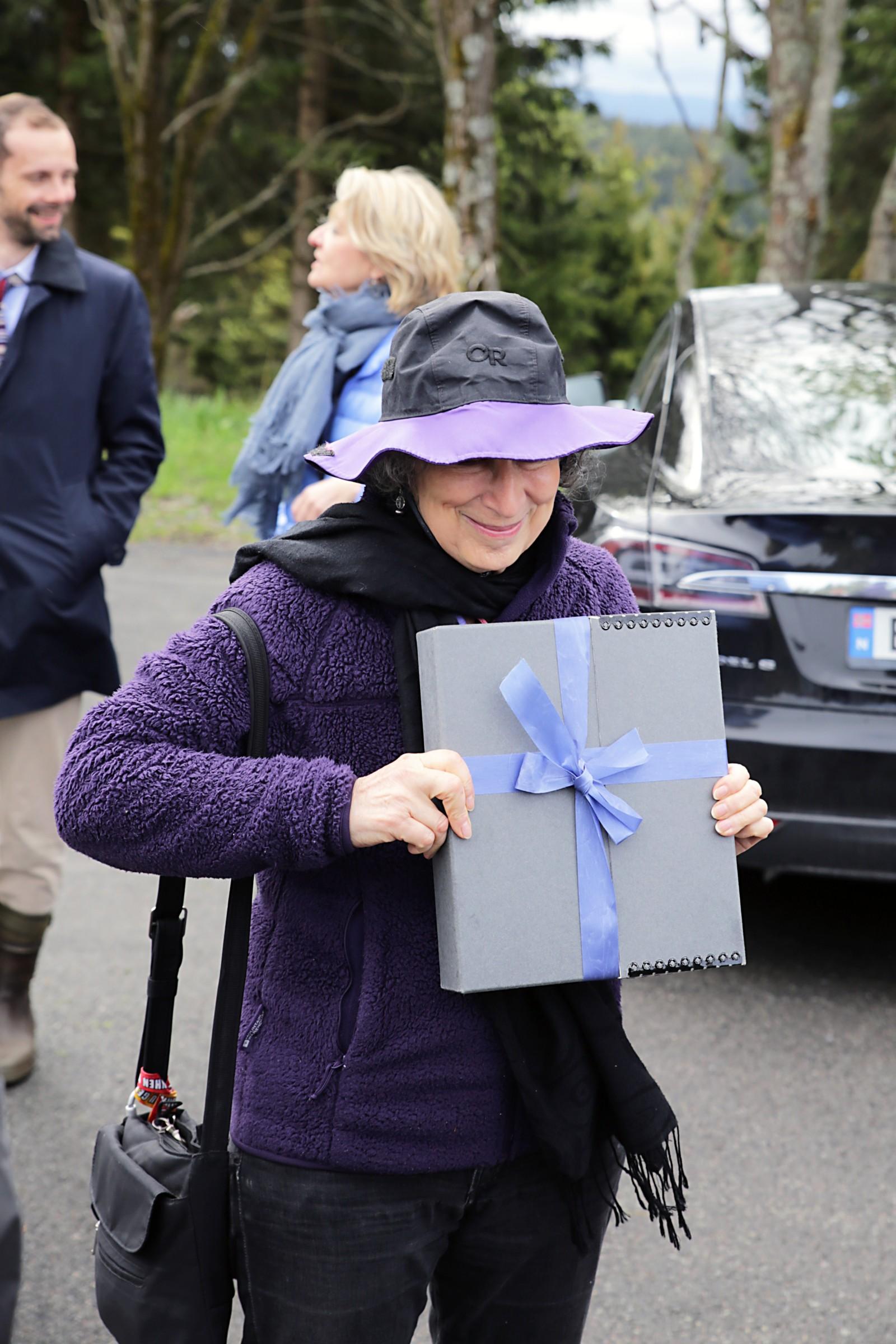 Det var en svært hemmelighetsfull Margaret Atwood som gikk ut av bilen på parkeringsplassen i Nordmarka med manuset forseglet, men pent innpakket som en gave.