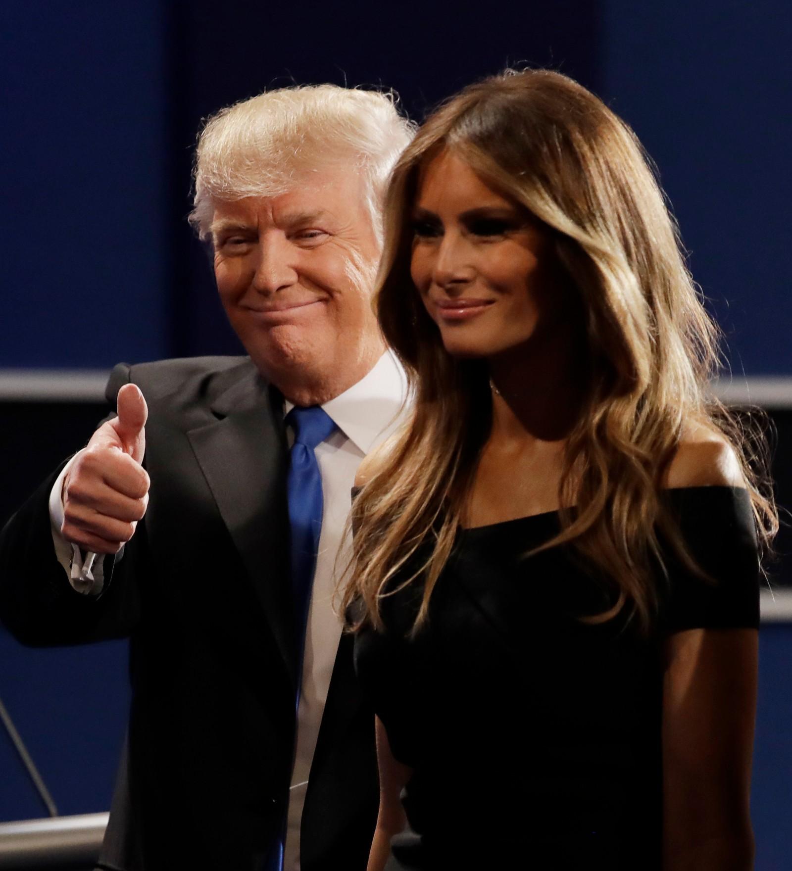 Donald Trump gir sin karakteristiske tommel sammen med kona Melania, straks etter at debatten var ferdig.