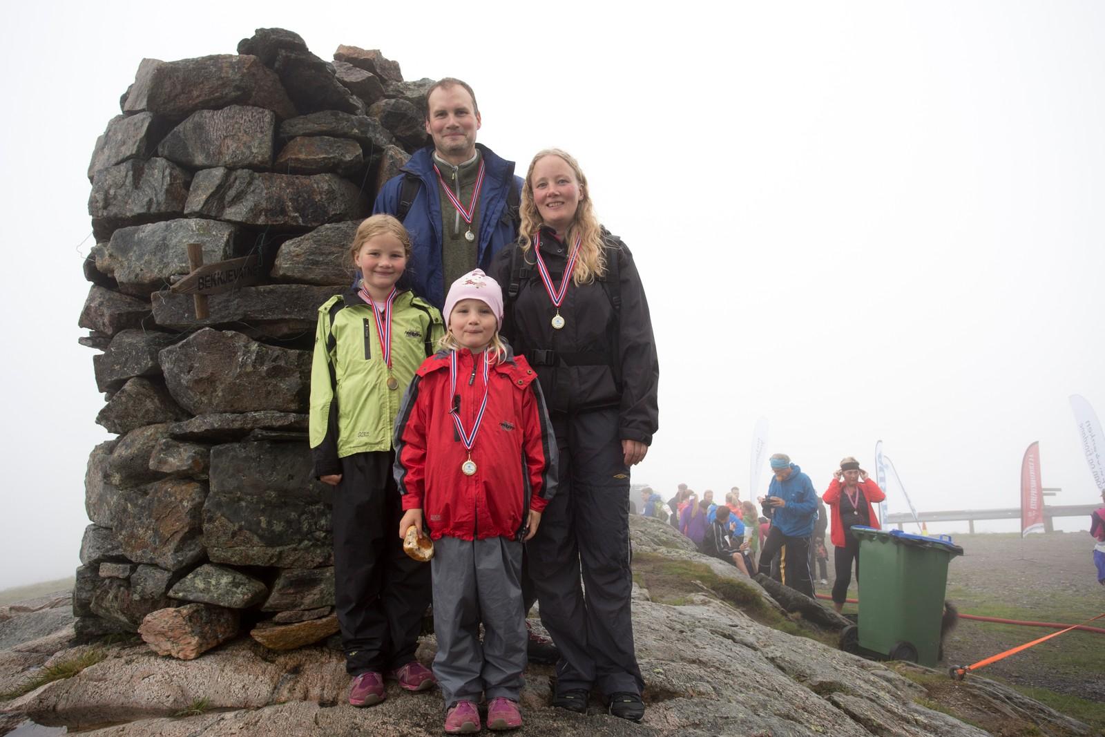 Vegard Norvik, Lillian Norvik, Tiril (7) og Mia (5) kom seg til toppen i år og.