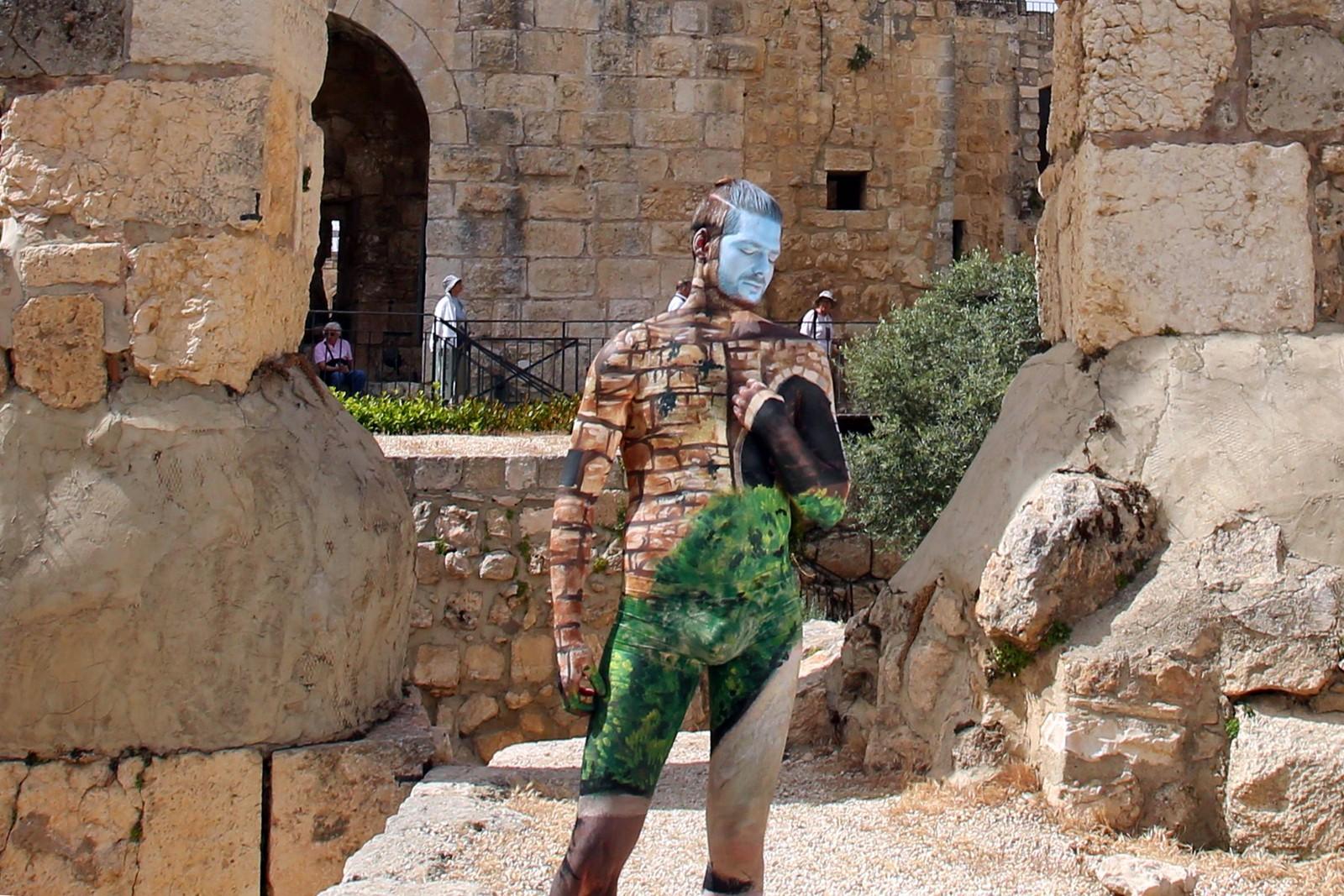 En mannlig modell malt av den israelske kunstneren Avi Ram poserer for fotografen ved Davids tårn i Jerusalems gamleby.
