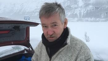 Villy Ballovarre bak bilen med bagasjerommet åpent, gjør seg klar til å fiske på isen
