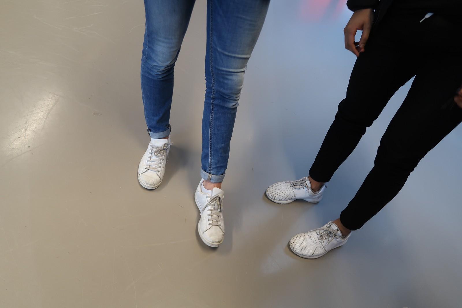 Det er lave - og helst hvite - sko som gjelder.