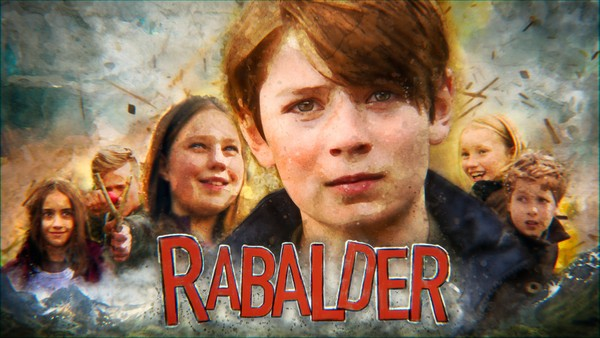 I en liten nordnorsk bygd skal barna finne ut av seg selv i et kaos av forelskelser, intriger og eksplosjoner.