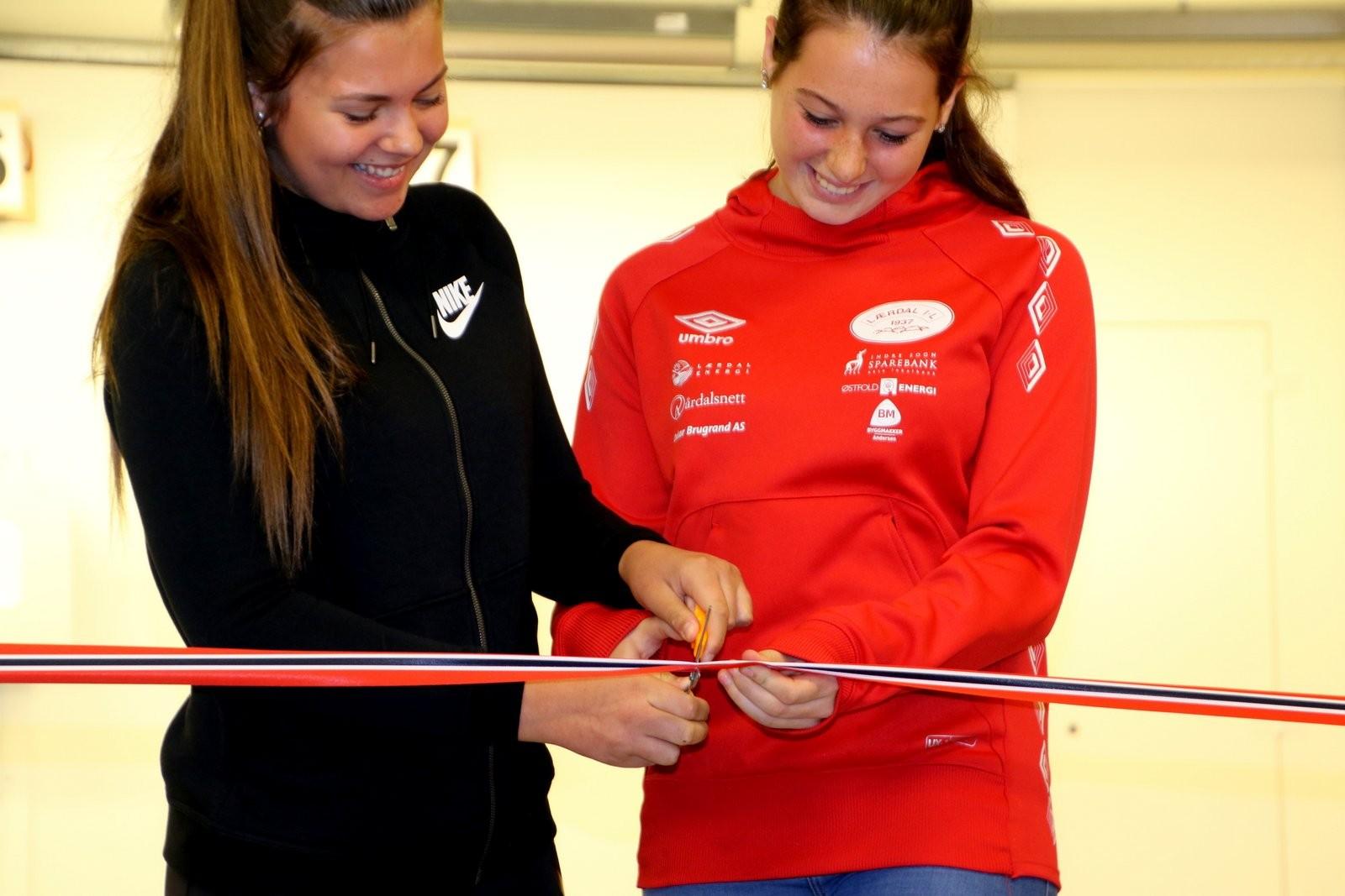 Klypping av snor ved Kjersti Fagerlund og Mathilde Grøttebø.