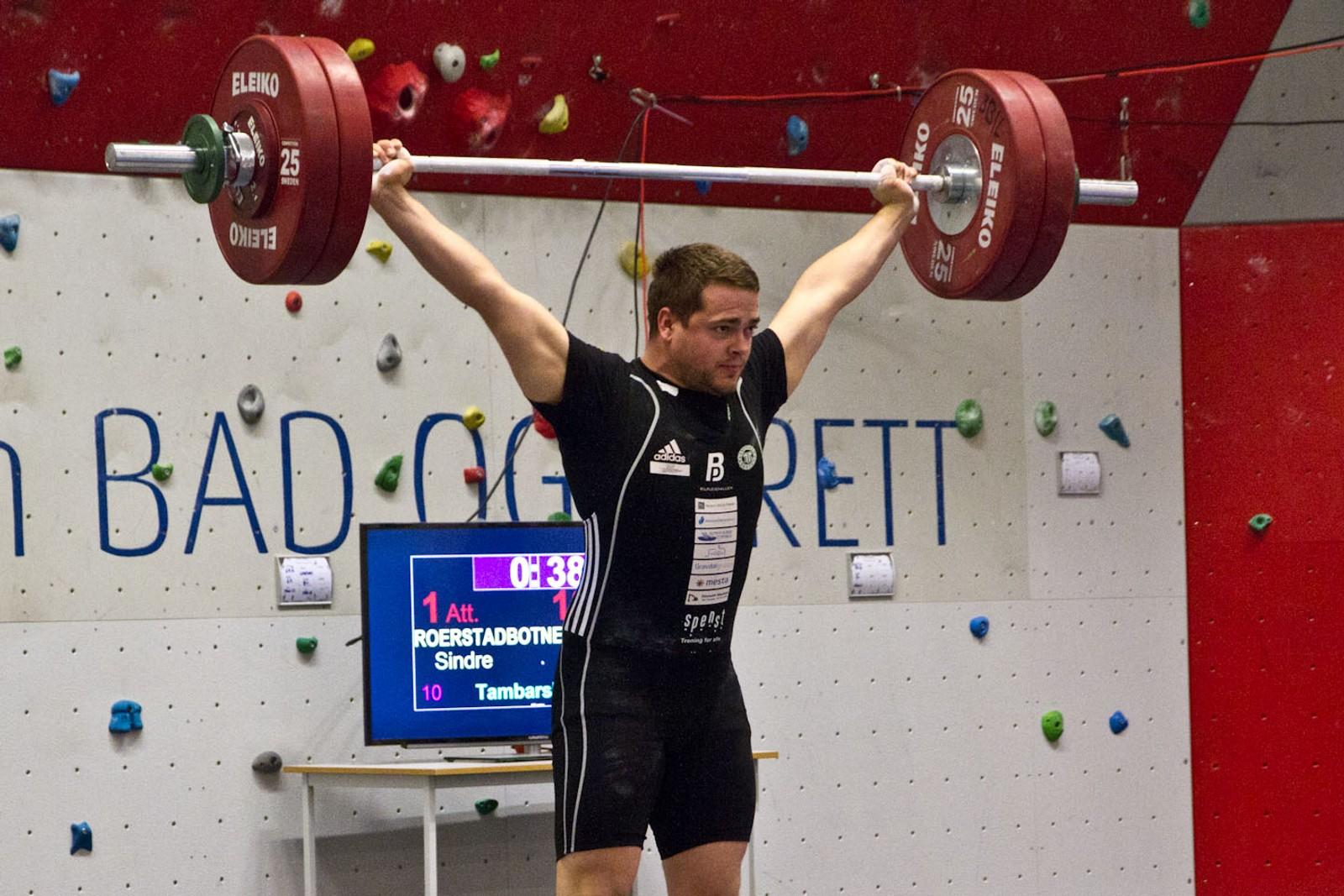 Sindre Rørstadbotnen deltok i senior-NM like etter påske. På Sandane vart det 132 kilo i rykk og 175 kilo i støt.