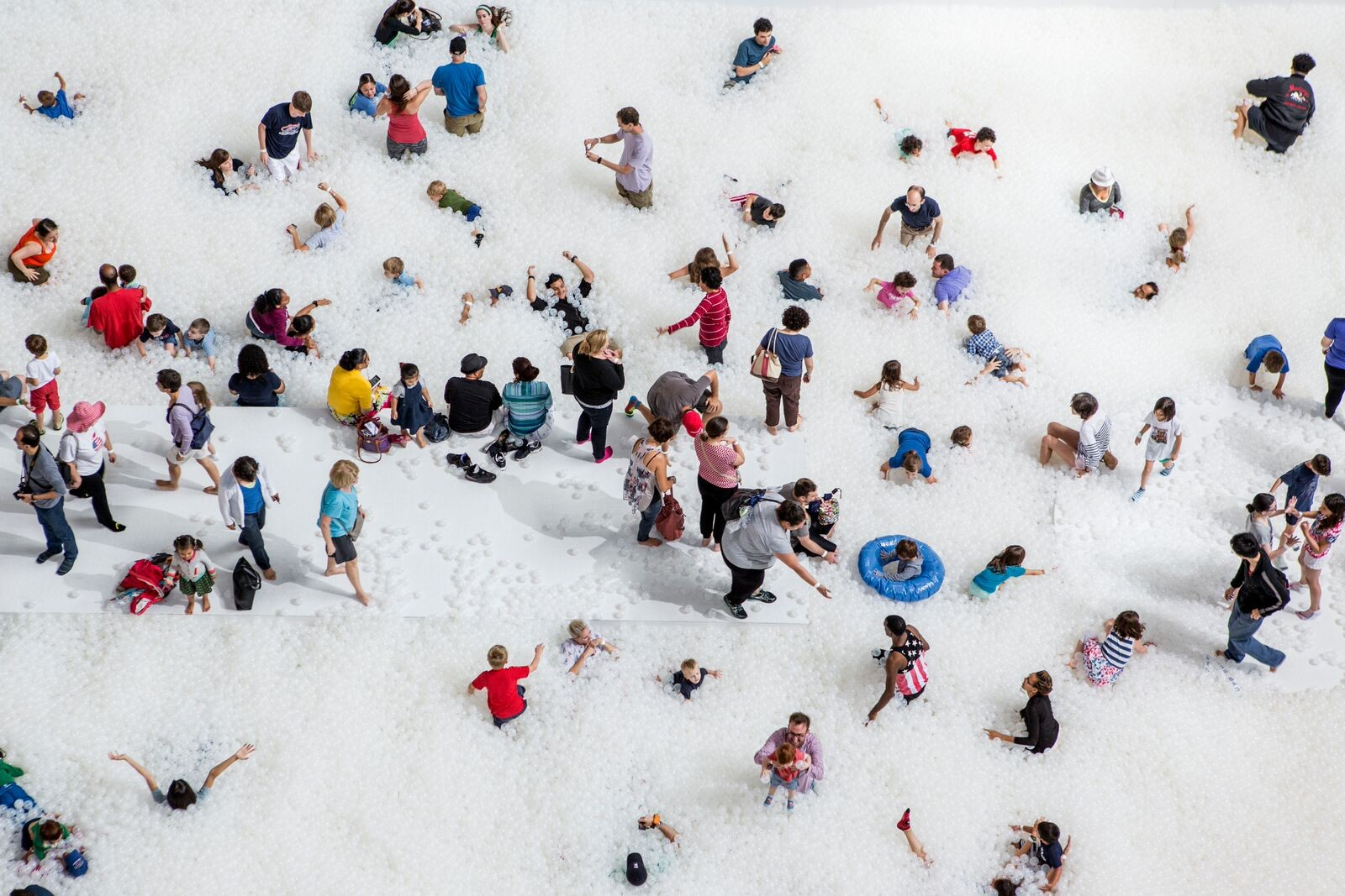 Et gigantisk ballbasseng er det nye trekkplasteret i nasjonalmuseet i Washington. Her kan barn og voksne svømme og leke seg blant nesten en million resirkulerbare, gjennomsiktige plastballer.