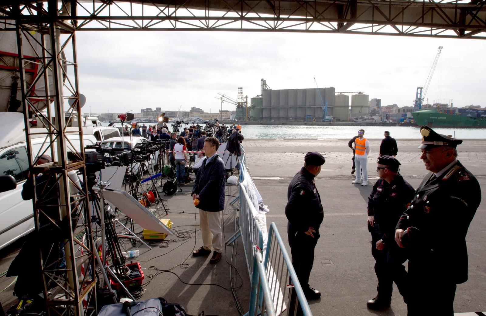 Pressefolk venter i havna i Catania i Italia på ovelevende båtflyktninger.