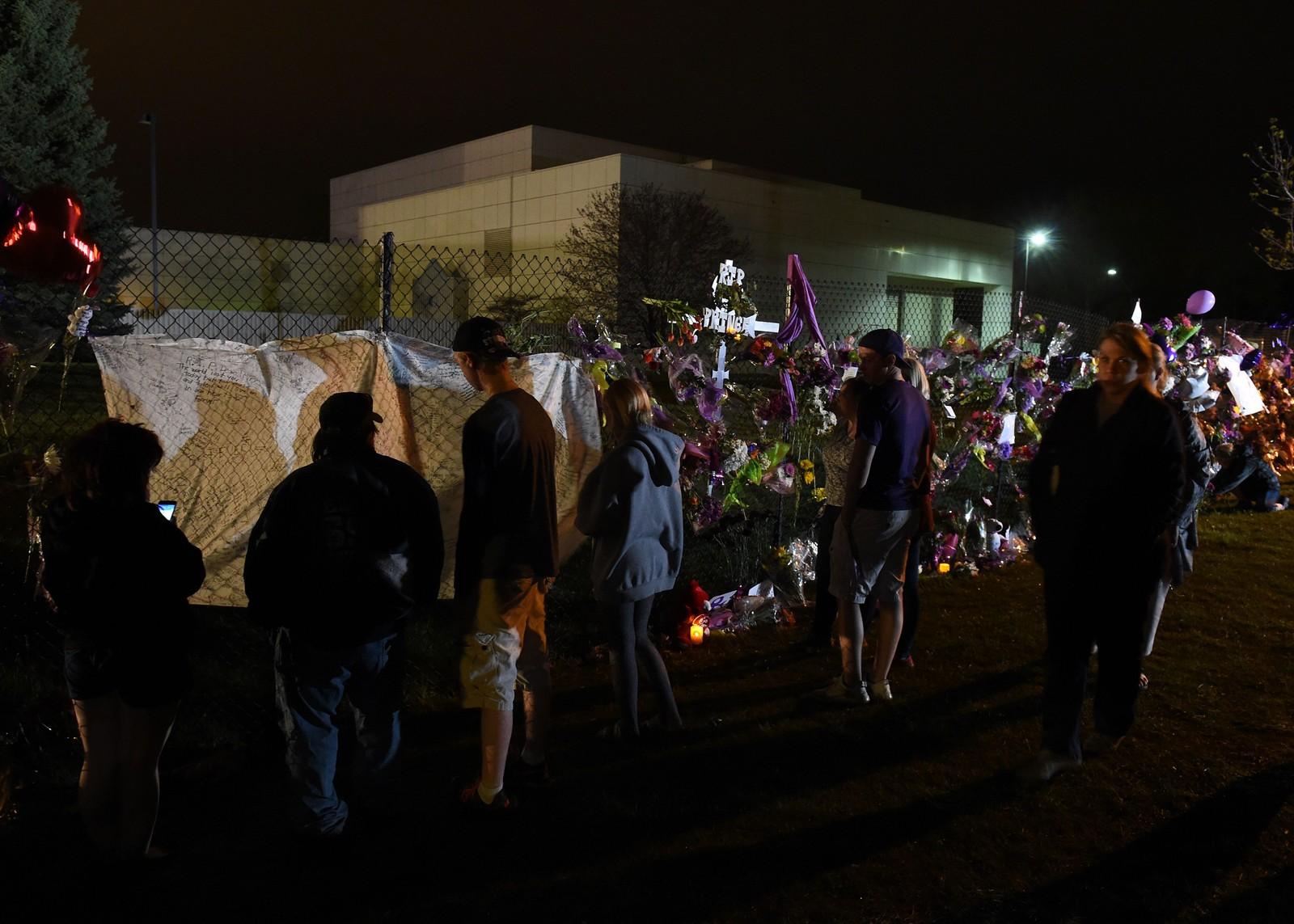 Fans samles for å sørge og vise sin respekt utenfor Prince's hjem i Minneapolis, Minnesota.
