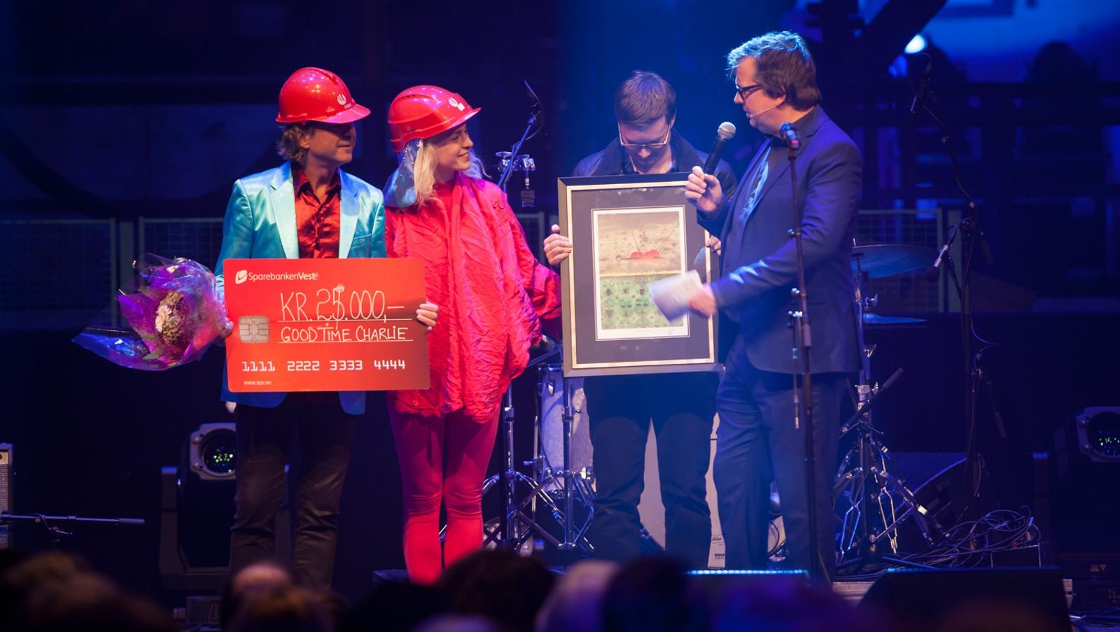 LUTTPRISEN: Thea Hjelmeland, som vann Luttprisen i fjor, fekk æra av å dele ut årets pris, som gjekk til far hennar, Arle Hjelmeland og Good Time Charlie