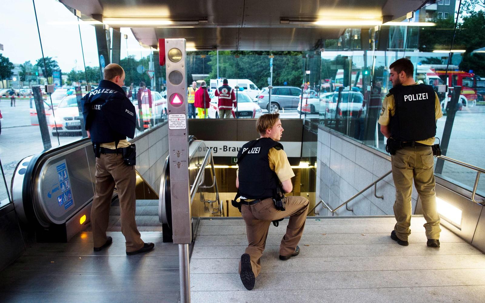 VOKTER UNDERGRUNNEN: Bevæpnet politi vokter inngangen til en undergrunnsstasjon i München.