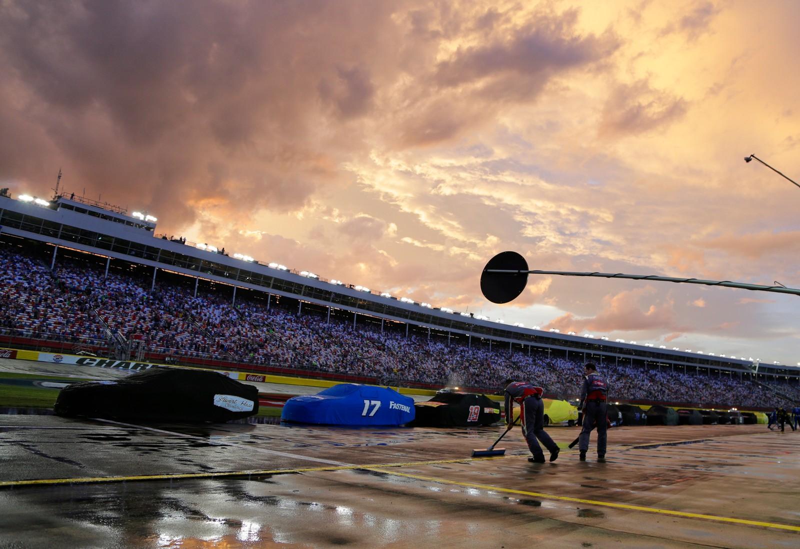 Billøp og vann kan være en dårlig kombinasjon. Dette Nascar-løpet ble avbrutt av en storm som herja gjennom North Carolina, der banen Charlotte Motor Speedway ligger.