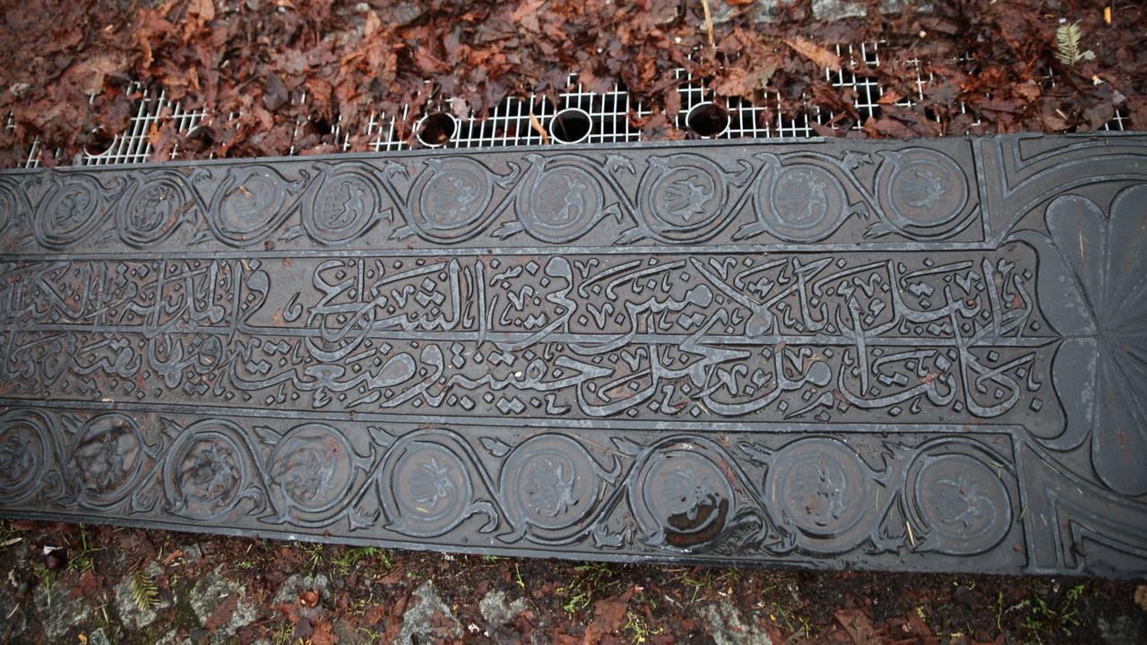 Fontene kunstner Nabil Mansor med tekst fra Sommerfuggel i vinterland, på Helga Helgesnsplass på Grønland i Oslo.