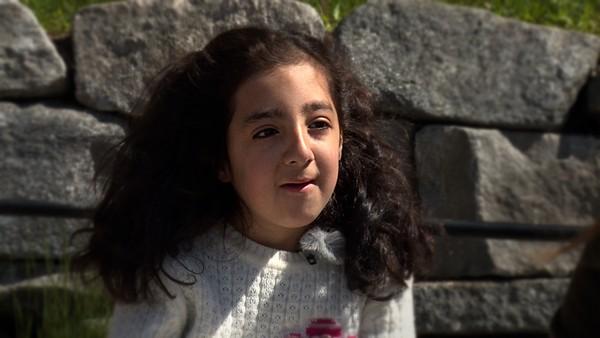 Nosayba er åtte år og har Wiedemann-Steiner syndrom.        Nosayba elsker å være mange mennesker sammen og ha det gøy. I Norge er familien hennes ganske liten, for mamma og pappa bor ikke sammen lenger. I Palestina har hun en kjempestor familie som bor sammen i samme boligblokk og Nosayba gleder seg til hun reise dit sammen med pappa til sommeren.