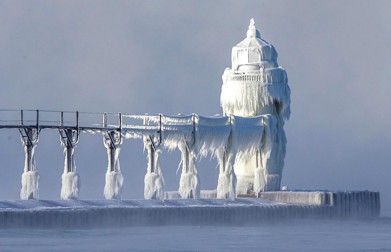 Bølger og en temperatur på mellom minus 25 og minus 30 kuldegrader har skapt et vakkert eventyrslott. Dette fyrhuset ligger i St. Joseph i Michigan i USA.