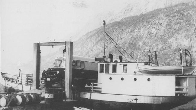 "Ein kombinert buss frå Firda Billag er rygga om bord i ""Varden"" i Dale. Foto frå Firda Sjåførforening si biletsamling."