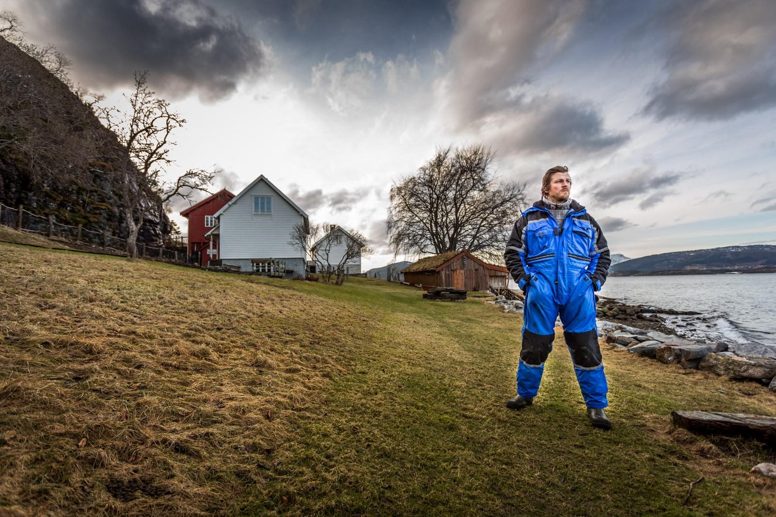 For ti år sidan fekk Severin Rønes nok av livet sitt på ein møbelfabrikk. Han tok eit oppgjer med seg sjølv og flytta til den fråflytta familiegarden Røneset, som manglar veg.