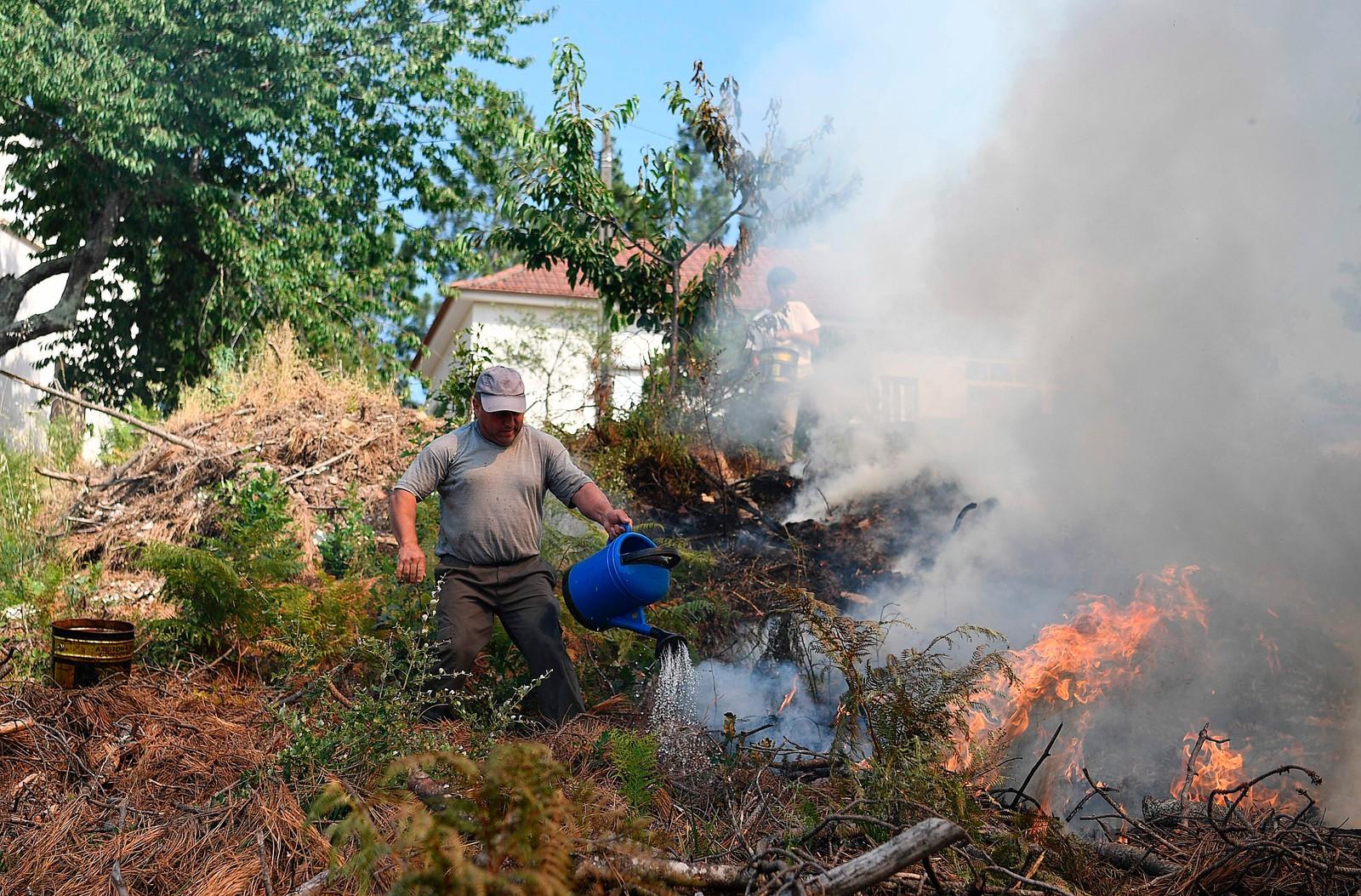 Lokale forsøker på slukke brannen 19. juni.