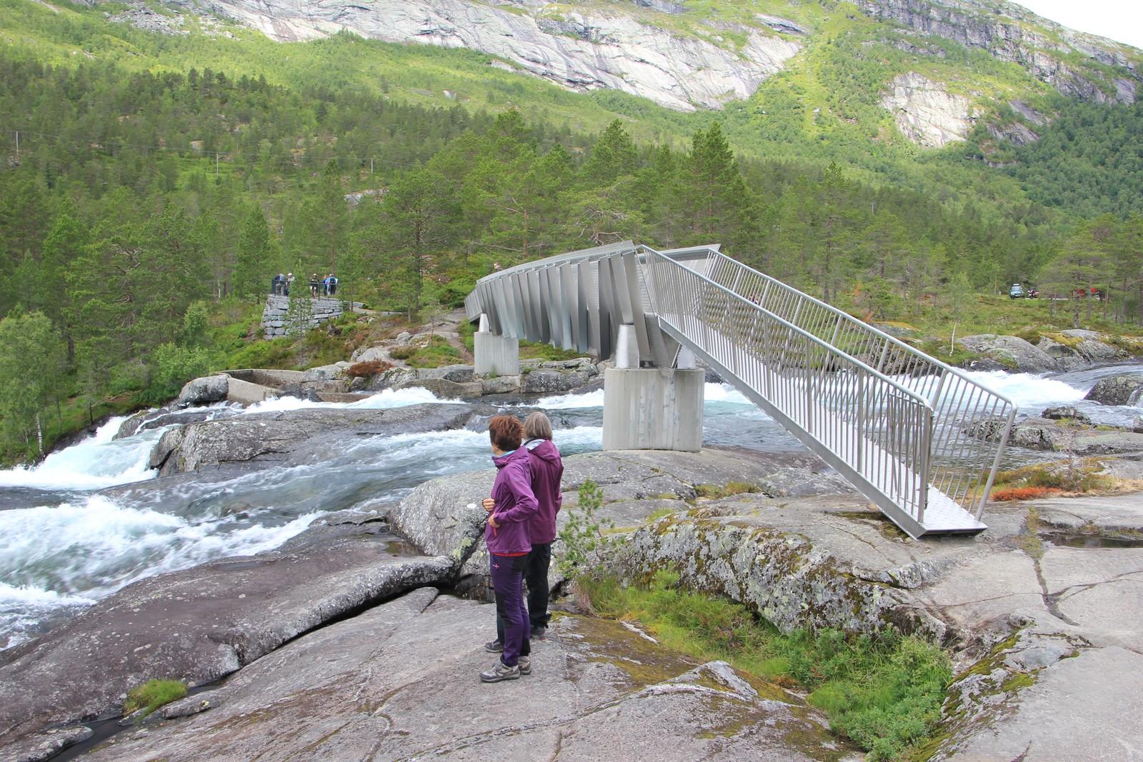 Turistar ved Likholefossen i Gaular