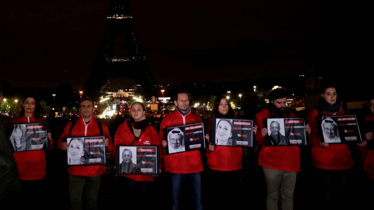 Demonstranter holder bilder av journalister som er blitt drept på jobb. Markeringen i Paris ble arrangert av Reportere uten grenser.
