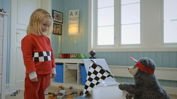 Norsk dramaserie. Racerrydding. Ingelin       leker med bilene til storebror uten å ha spurt       om lov. Hva skal hun gjøre når han plutselig       kommer hjem?